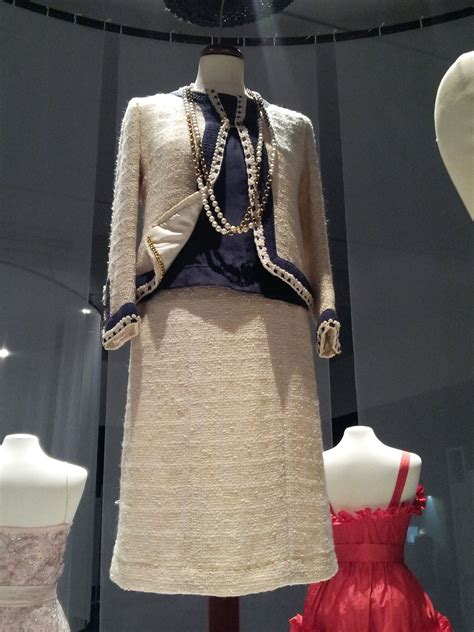 File:Cream Chanel suit, late 1960s